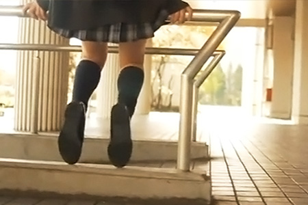校舎で待ち合わせしてる制服女子校生のリアルなパンチラ