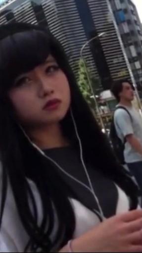 インスタでコスプレしてそうな美少女が街中で盗撮される。信号待ちで何度もカメラを挿入されてパンツが露わに