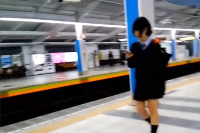 《めくりパンチラ》変態盗撮師に目をつけられた哀れな女子校生 腰までスカートめくられ知らない間に白パンティ逆さ撮りされるww