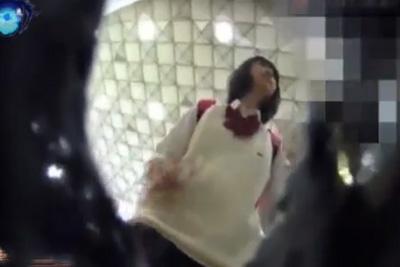 【盗撮】赤いリュックに黒髪ショート ロリコン心をくすぐる激カワ女子校生は期待通りの白パンティだったww