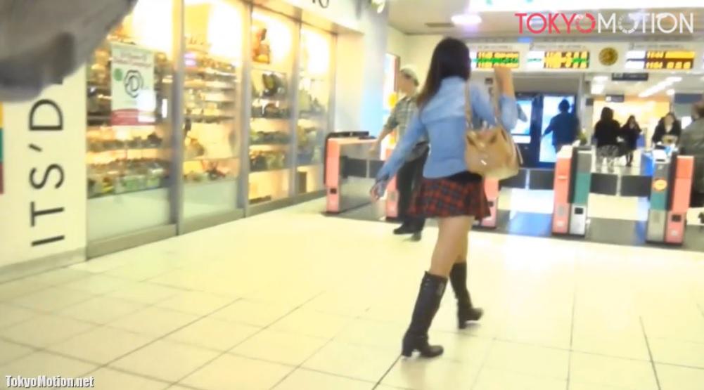 《美女♪美少女パンティ逆さ盗撮》女子校生?女子大生?OL?達のスカートをめくっては撮る♪