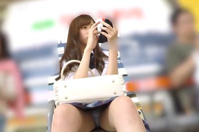 《盗撮》アイドル級にかわいい女子校生携帯に夢中で段々股が・・・w