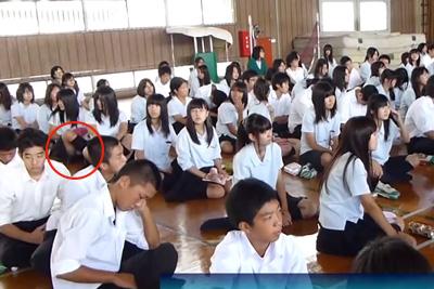 学生時代に戻りてぇwwJKのパンチラが日常茶飯事である事を証明する動画がこちら 問題のシーン0:05