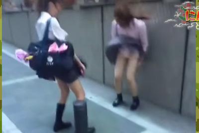 強風でスカートが捲れ上がる友達を撮影した動画をネットに投稿→全国の変態におかずにされる悲劇ww