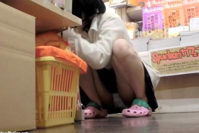 《女子校生盗撮※顔有り》スーパーで無邪気にパンツ見せながらお買い物する激カワ少女を隠し撮りww