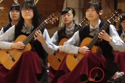 【文化祭 パンチラ】吹奏楽部のJKがブランケットの隙間から純白パンチラしてる件 問題のシーン0:40~
