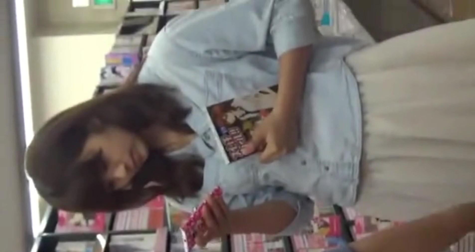 【将来は女子アナ!?】私服超美少女JKが本屋で友達と話してて盗撮に気づいてない!ウブなパンツと細身の脚がクッソエロいいい