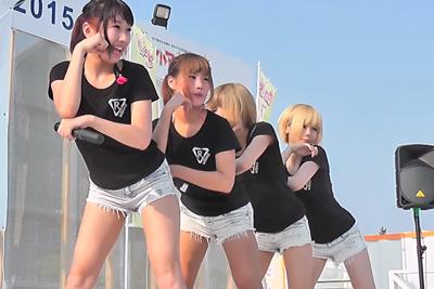 《芸能人 パンチラ》①アイドルステージローアングル撮影で、4人全員ショーパンの隙間からパンツが見えちゃったwww