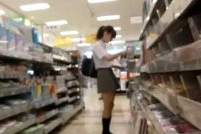 《女子校生 パンチラ盗撮》柏木由紀似の美少女JKの真ん丸お尻を大接写♪