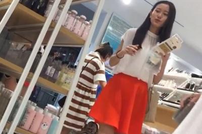 《パンチラ》激カワ女子校生発見!ロングスカートにカメラ突っ込み強行パンツ盗撮www