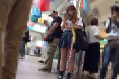 《女子校生 パンチラ盗撮》品川駅で見つけたギャルJKをバレ覚悟で超ストーキング逆さ撮りww