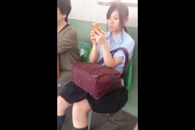 《女子校生 パンチラ盗撮》「俺、今からこの子のスカートめくるわ」駅で見つけたJKのパンツを強行撮影ww