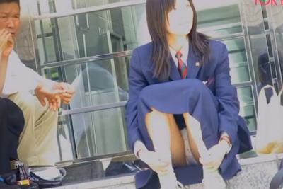 《盗撮》生パンな事忘れてる?w人通りの激しい道端座りパンツが丸見えな女子校生の股間にズームイン!!