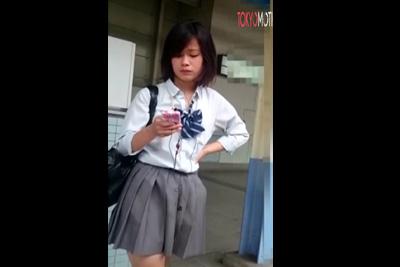 《盗撮》かっ、かわえぇw堀北真希似のアイドル女子校生の後を追いかけエスカレーターでスカートめくってパンツを逆さ撮りww