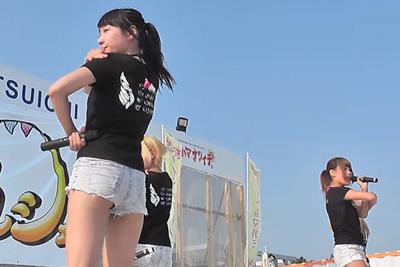 《芸能人 パンチラ》②アイドルステージローアングル撮影で、4人全員ショーパンの隙間からパンツが見えちゃったwww