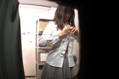《着替え 盗撮》更衣室に来た女子校生盗撮したらグラドル顔負けの神乳だった件ww