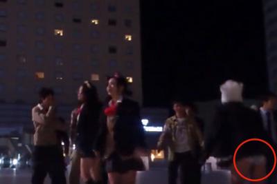 【文化祭 パンチラ】駅前ではしゃぐJKスカートめくれて純白パンツが映っちゃう放送事故ww 問題のシーン2:16