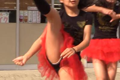 【Youtube パンチラ】街のダンス教室に通う美少女が大胆足上げでパンツが丸見え♪ 問題のシーン1:07