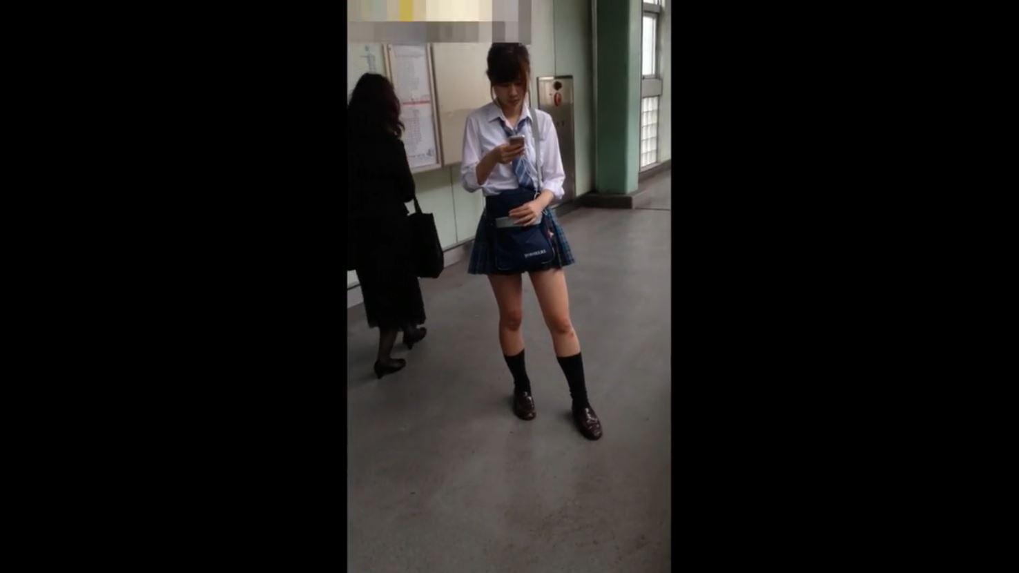 《女子校生リアル動画スカートめくりパンティ盗撮》『エスカで制服JKのスカートめくりバレた』