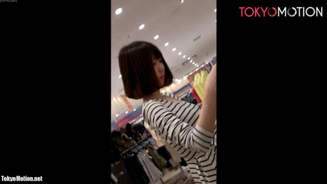 《美人ショップ店員パンティ逆さ&乳首盗撮》胸元から乳首撮影!おへそまで見えてる!