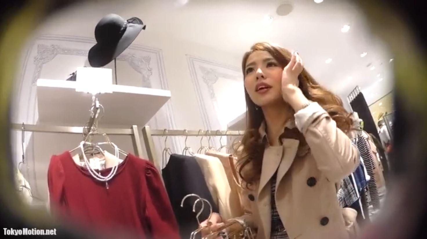 《美人アパレルショップ店員さんパンティ逆さ盗撮》服を選んでもらいながらパンティを撮影♪