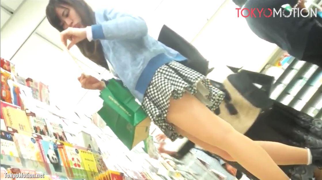 おっ可愛い~!同業者にも狙われる激カワ美少女の強烈な座り込みパンチラ!
