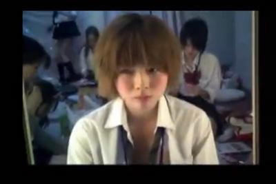 【女子校生見学】茶髪ショートカットの可愛い女の子のM字でマ●コいじる姿態を盗撮ww