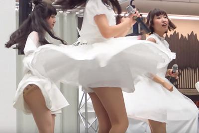 【アイドル パンチラ】パンストから透ける子供パンツが眩しすぎる♪現役JKアイドル裾の広いズボンの隙間からみえちゃった♡ 問題のシーン14:50