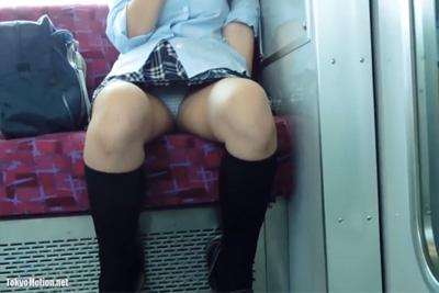 【盗撮】無防備に股を開く女子校生を盗撮したったww