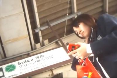 《盗撮》電車で見つけた女子校生、下車する10分靴に仕掛けたカメラでパンツを盗撮し続けるwww