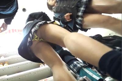 【盗撮】朝のコンビニに集まるミニスカ女子校生を下から眺める壮観な景色♡