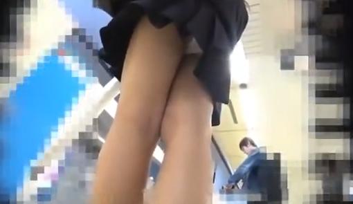 【外でそんなに短いと】制服のスカートを短くすると駅には盗撮する悪い人に狙い撃ちにされてしまうのだった