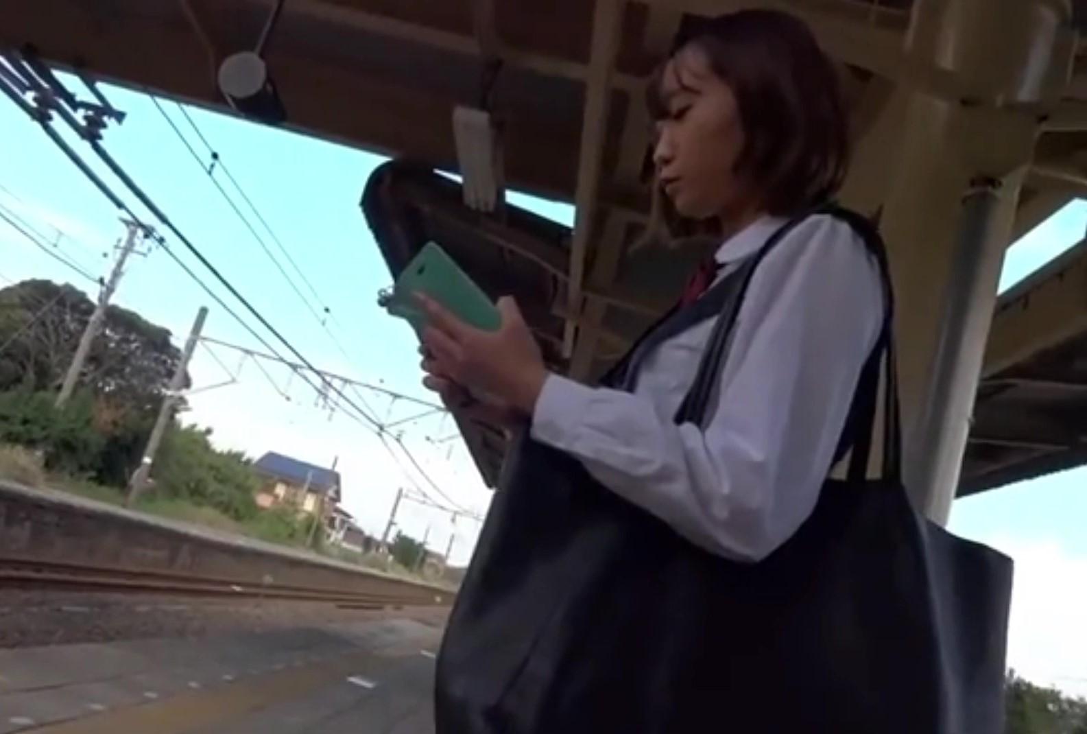 田舎の駅で電車を待つ美少女JK。髪は染めててもグ〇ゼみたいな白パンツで大興奮の盗撮魔