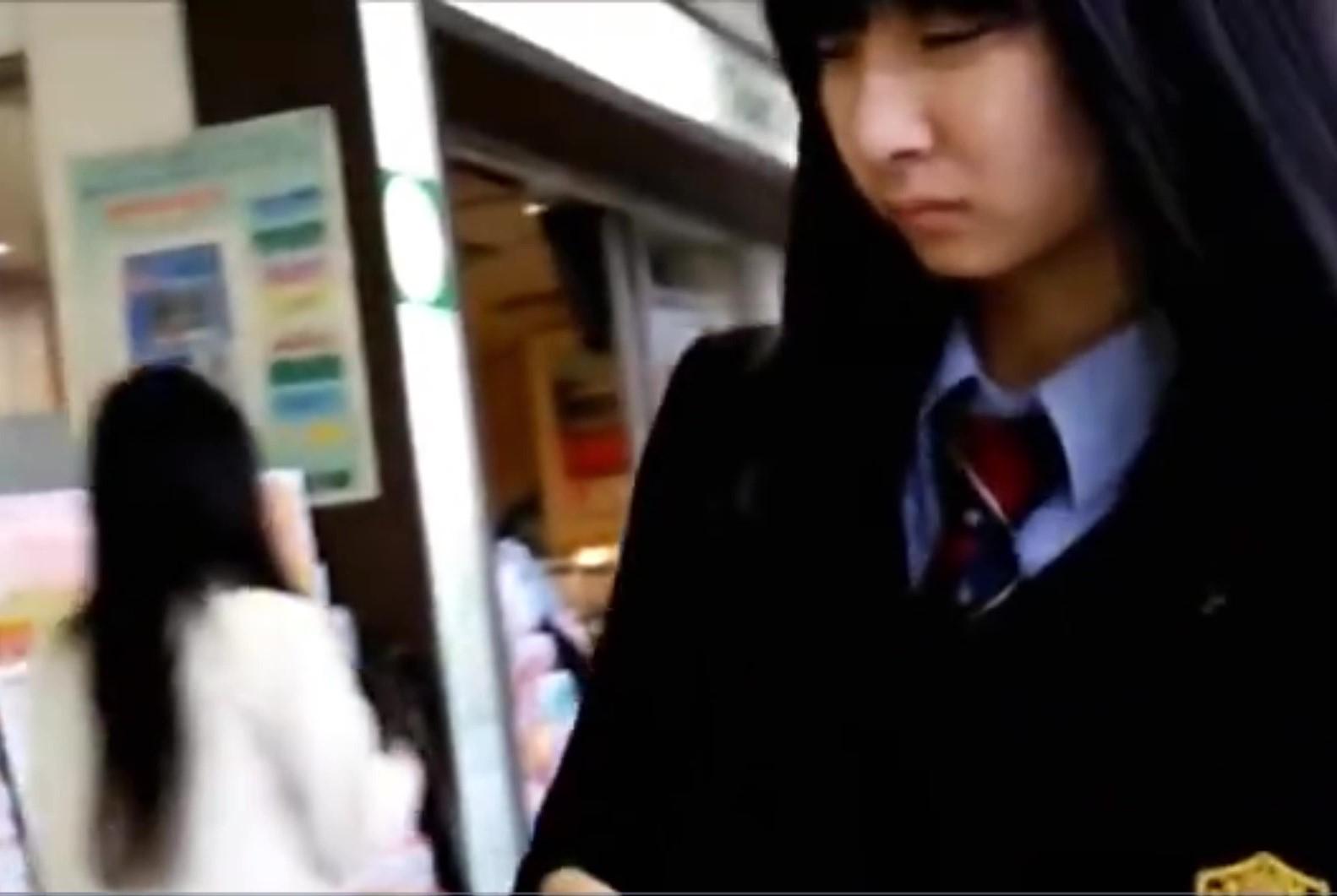 【無許可盗撮】電車内まで尾行され、周りにみえそうなほどにスカートをめくられた美少女JK2名のリアルパンティ