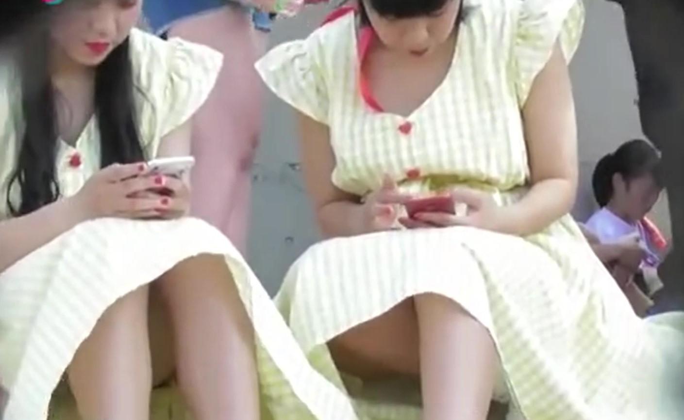 【パンチラ盗撮】美人姉妹がお揃いのワンピで行列待ちしてたら風のイタズラで・・・。