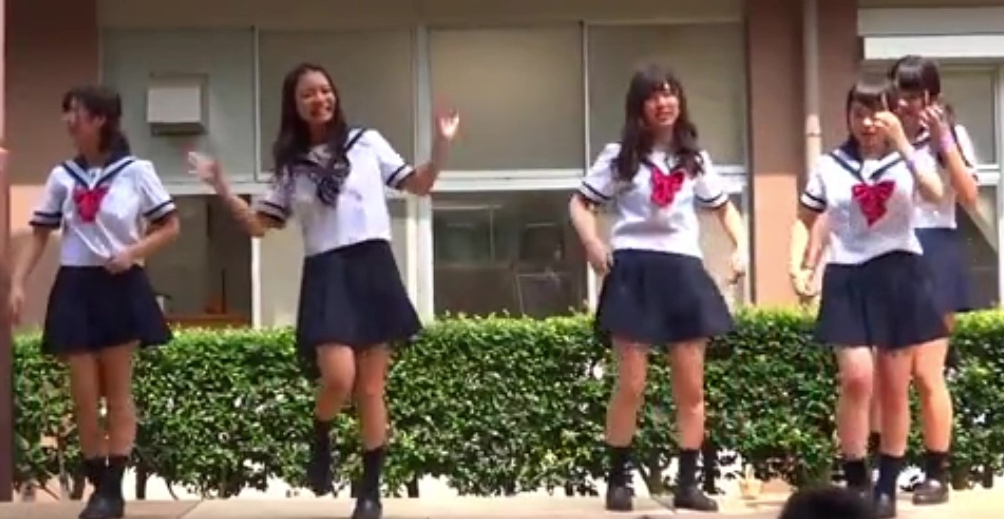 学園祭でアイドルになりきって踊るJK達の健康的な見せパンチラを盗撮