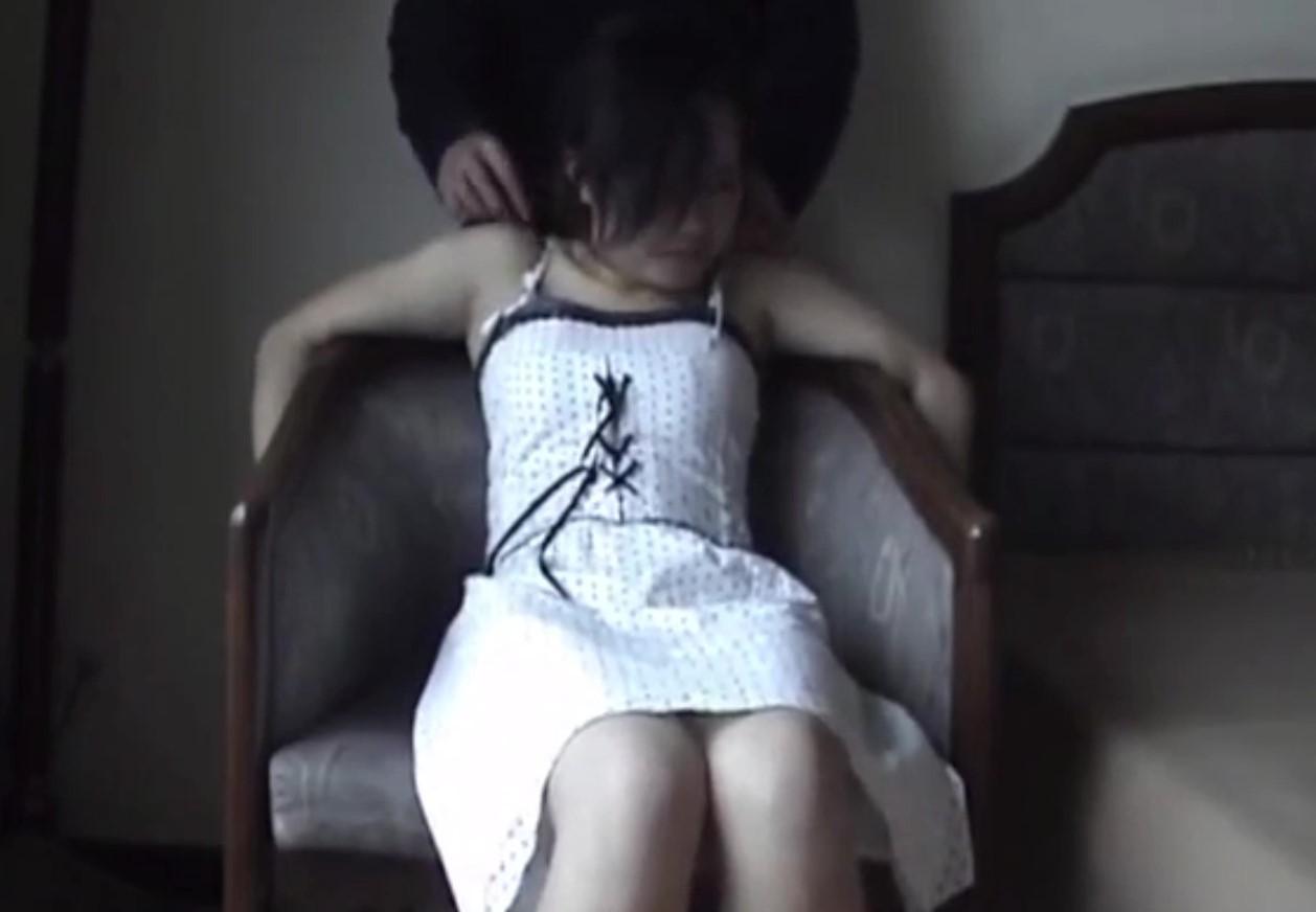 【海外ロリ】ホテルの一室でワンピ白パンツ少女が権力者からペットのように可愛がられてて可哀想