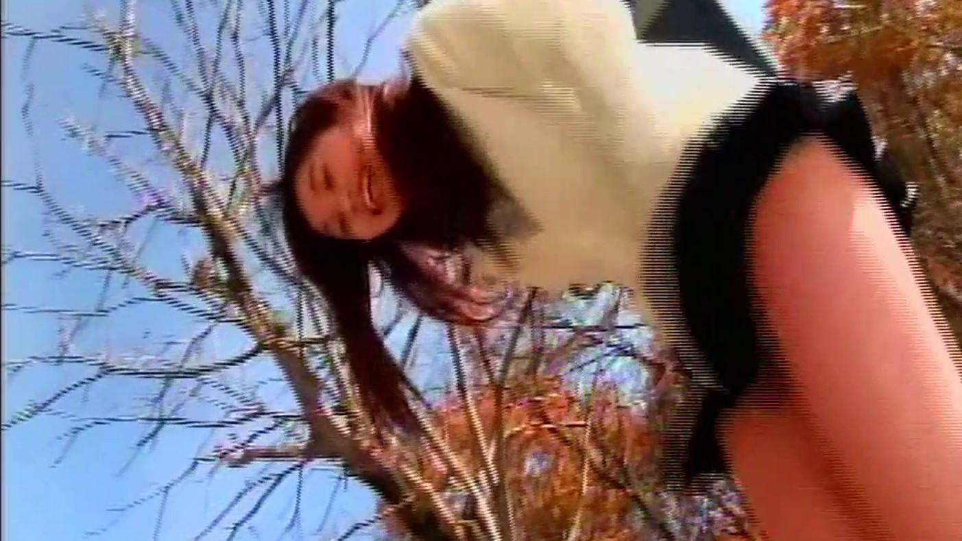 美少女アイドル顔JKの下半身に容赦なく浴びせかけられる強風!笑顔に羞恥が混じったエロいTバックパンチラ映像